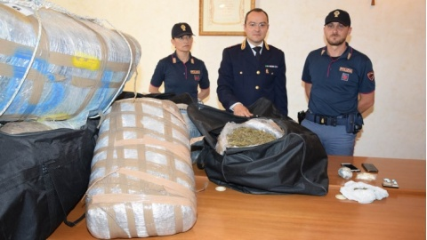 Arrestato pusher: in casa 500 chili di marijuana e 40 grammi di cocaina